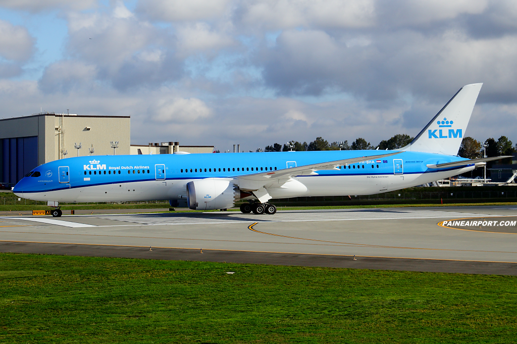 KLM 787-9 PH-BHA at Paine Airport