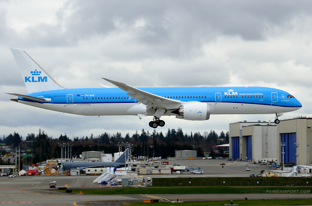 KLM 787-9 PH-BHE at Paine Airport