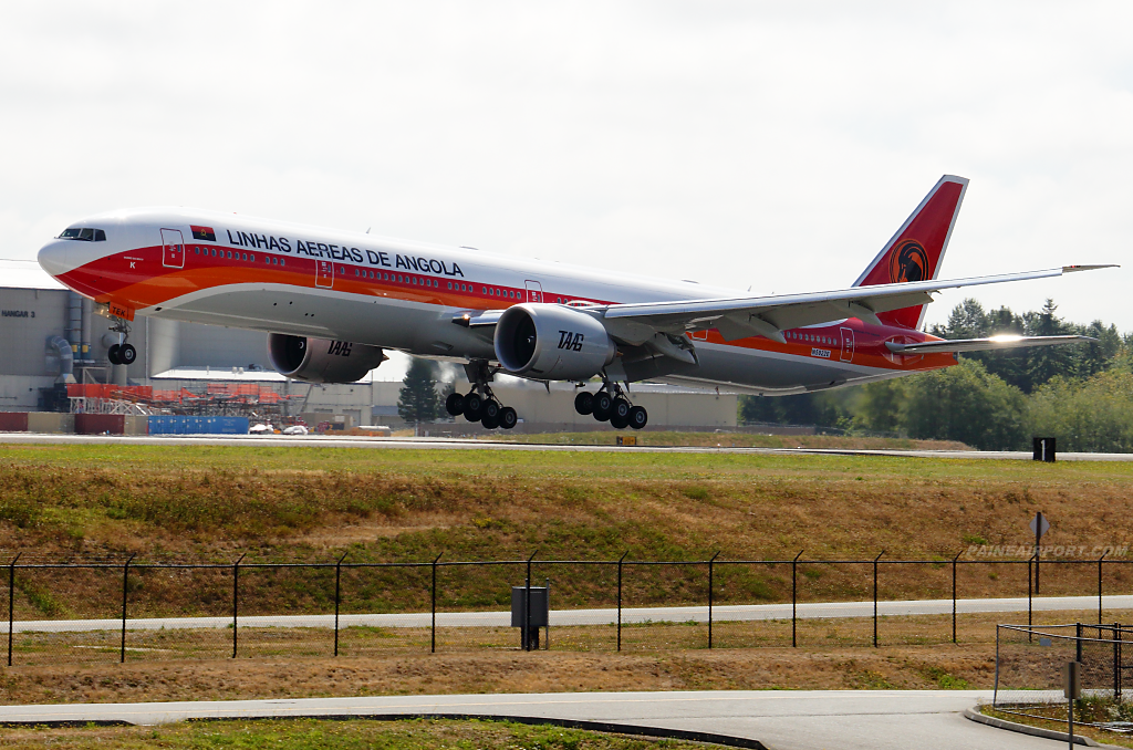 Angola Airlines 777 D2-TEK at Paine Airport